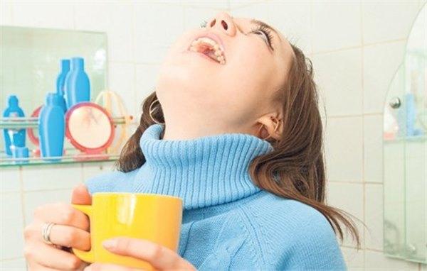 Чем полоскать горло при ангине и боли - лучшие рецепты. Как помочь взрослому, ребёнку, беременной женщине, чем полоскать горло при ангине и боли