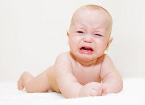 Колики у новорожденного могут сопровождаться и другими симптомами