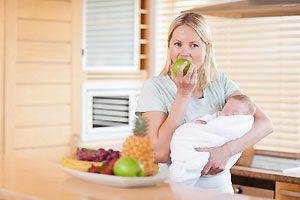 Колики у новорожденных могут вызывать некоторые продукты, котороми питается кормящая мама