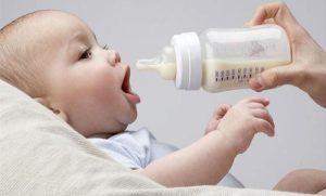 Причиной запора у новорожденного может стать питание