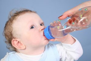 Поить грудничка водой лучше всего из бутылочки