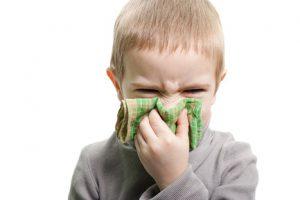 Аденоидит проявляется заложенностью носа и выделениями из него