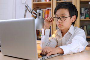Близорукость у детей часто возникает вследствие большой нагрузки на глаза