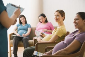 Подготовиться к родам можно, записавшись на курсы для будущих мам