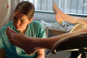 Гель для стимуляции родов вводится гинекологом в шейку матки
