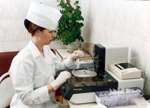 Исследование биологического материла пациента в лаборатории