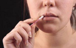 Обработка пораженных губ Зовираксом
