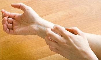 Акридерм СК имеет в составе вещества, снимающие проявления аллергии
