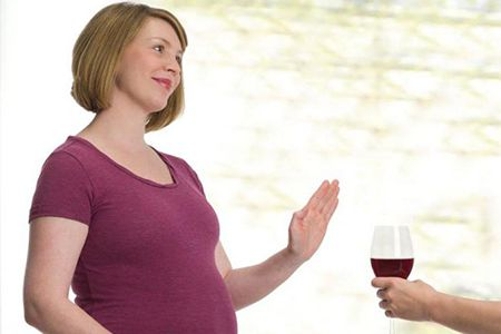 женщина отказывается от вина
