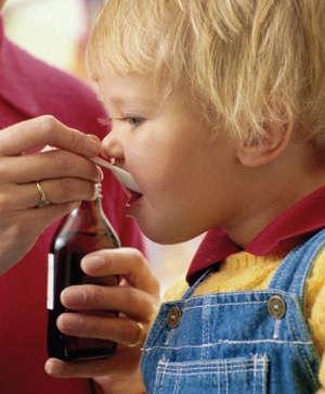 Ребенок принимает суспензию