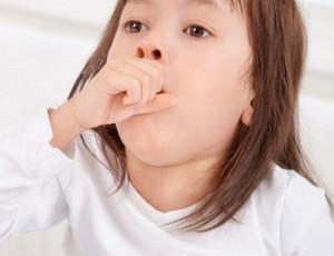 Девочка в белой кофточке сильно кашляет