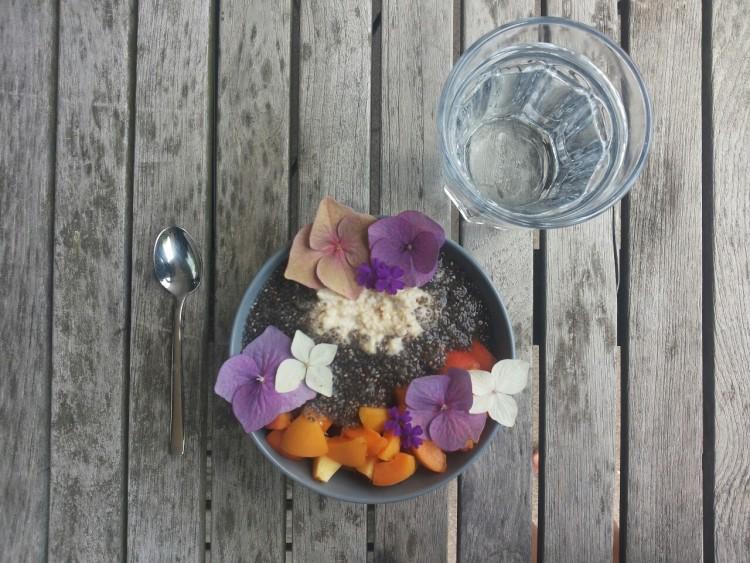 завтрак и стакан воды
