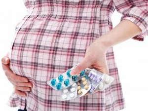 Таблетки в руках у беременной