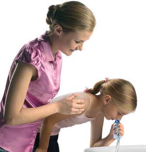 Девочка промывает нос