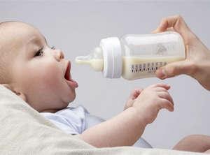 Мама дает малышу бутылочку