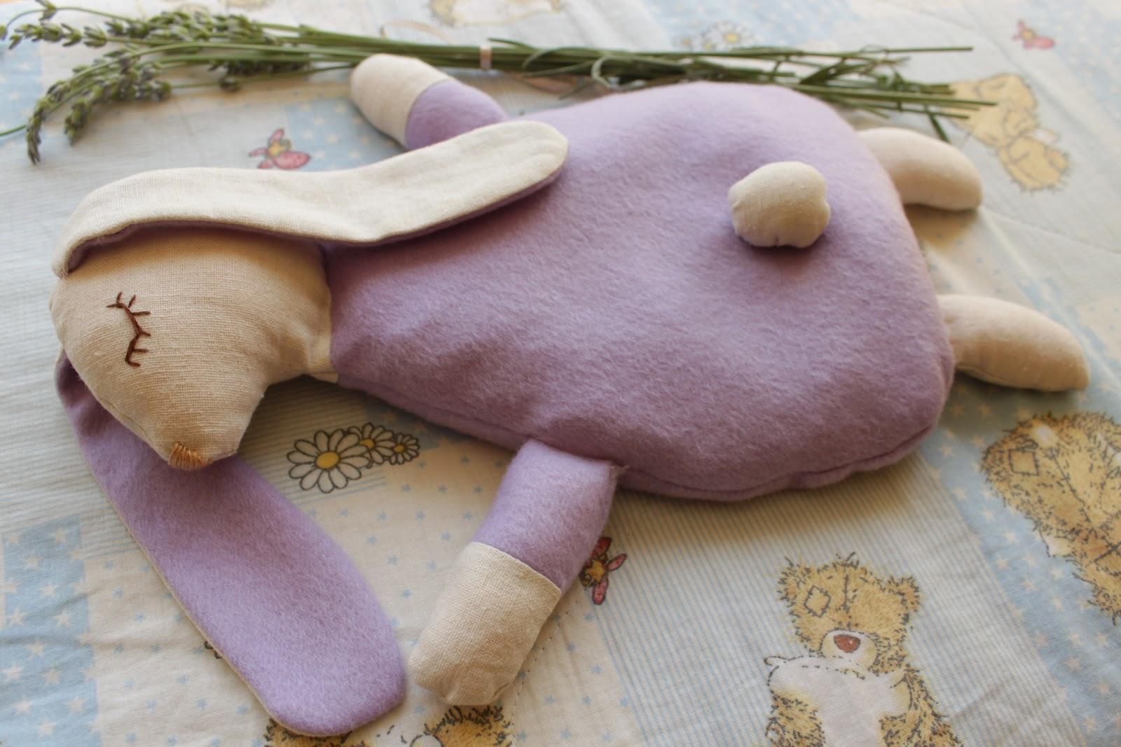 Игрушку грелку для новорожденных наполняют лекарственными травами и вишневыми косточками