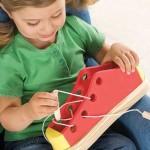Как научить ребенка завязывать шнурки, если он требует обувь на липучке