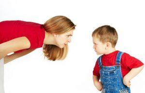 Мама ругает ребенка
