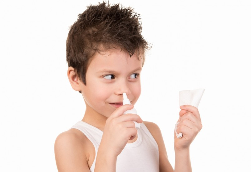 Прежде чем лечить сопли у ребенка необходимо выявить природу их появления. Если насморк вызван аллергией, то обычные назальные средства могут только навредить.