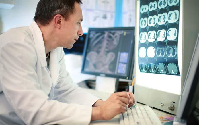 Доктор смотрит рентгеновские снимки