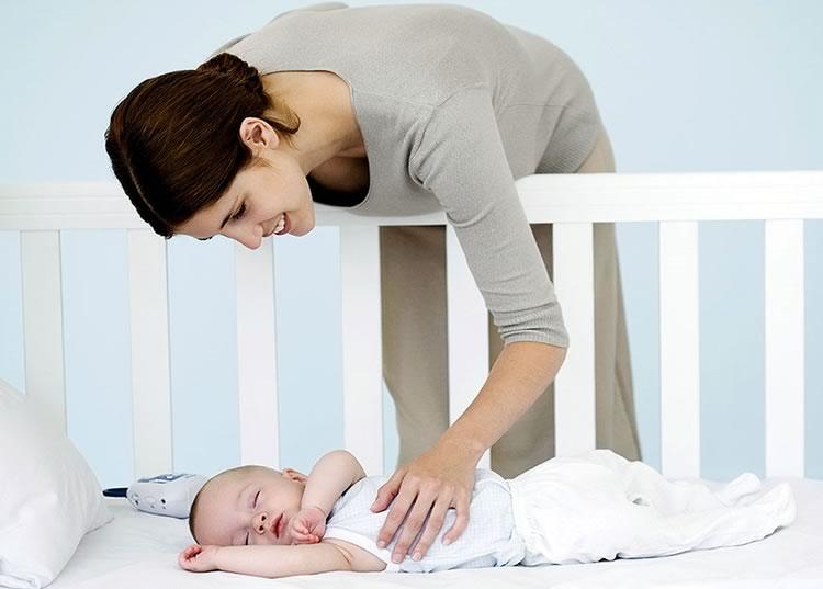 Мама будит ребенка
