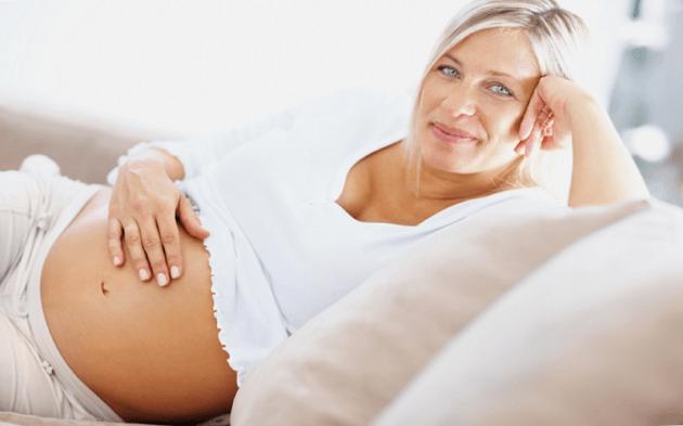Беременная женщина улыбается