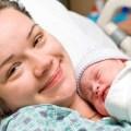 Малыш и его улыбающаяся мама
