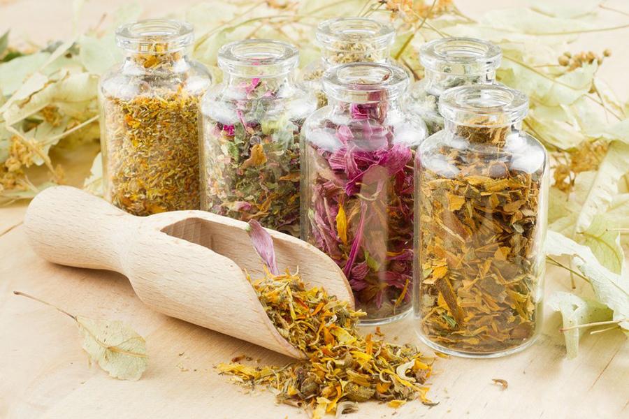 Сухие травы в стеклянных банках для применения во время беременности