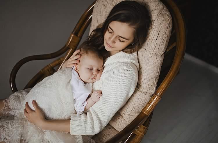 Младенец уснул на груди у мамы