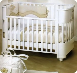 Перед тем, как перекрасить детскую кроватку в белый цвет, хорошенько подумайте: на белом фоне будут хорошо видны грязные следы.