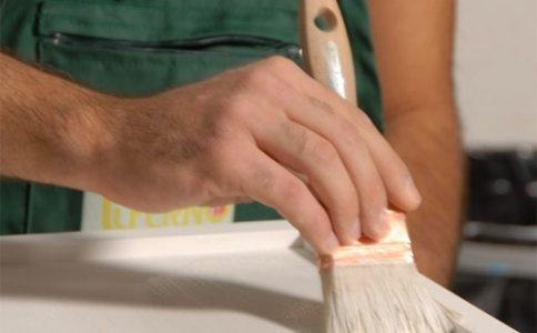 Наносим первый слой краски тонким слоем.