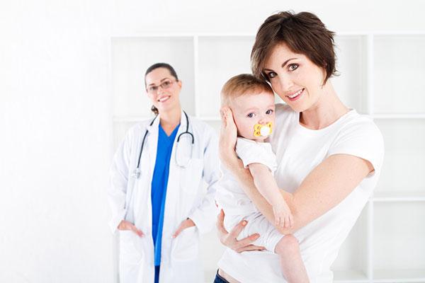 мама держит ребенка на руках в больнице