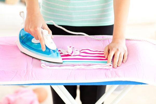 процесс глажки детской одежды