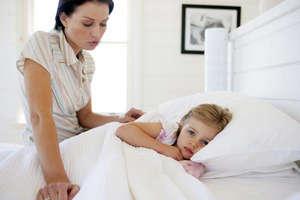 Больная девочка в кроватке