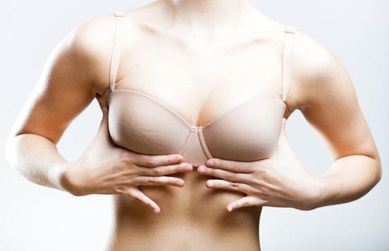 Девушка массирует грудь
