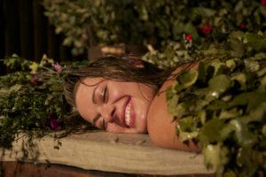 девушка в банных листьях