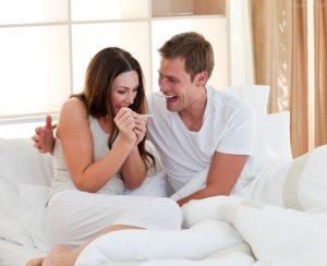 Пара радуется результату теста
