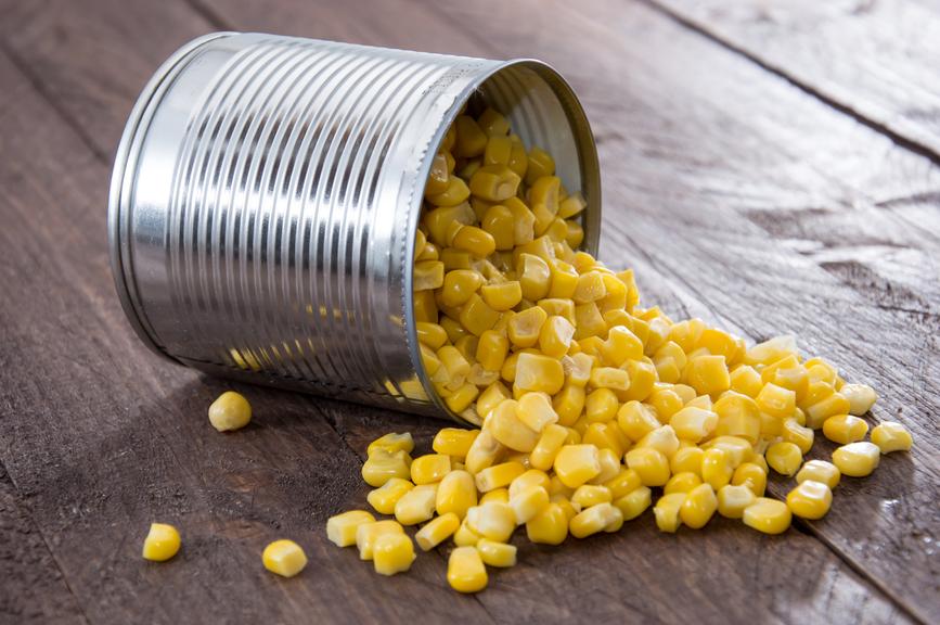 Консервированная кукуруза на деревянном столе