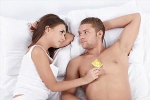 мужчина и женщина с презервативом