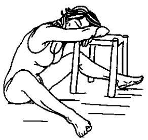 Сидя с широко разведенными ногами
