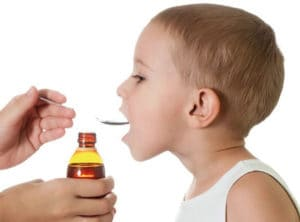 Ребенок пьёт препарат