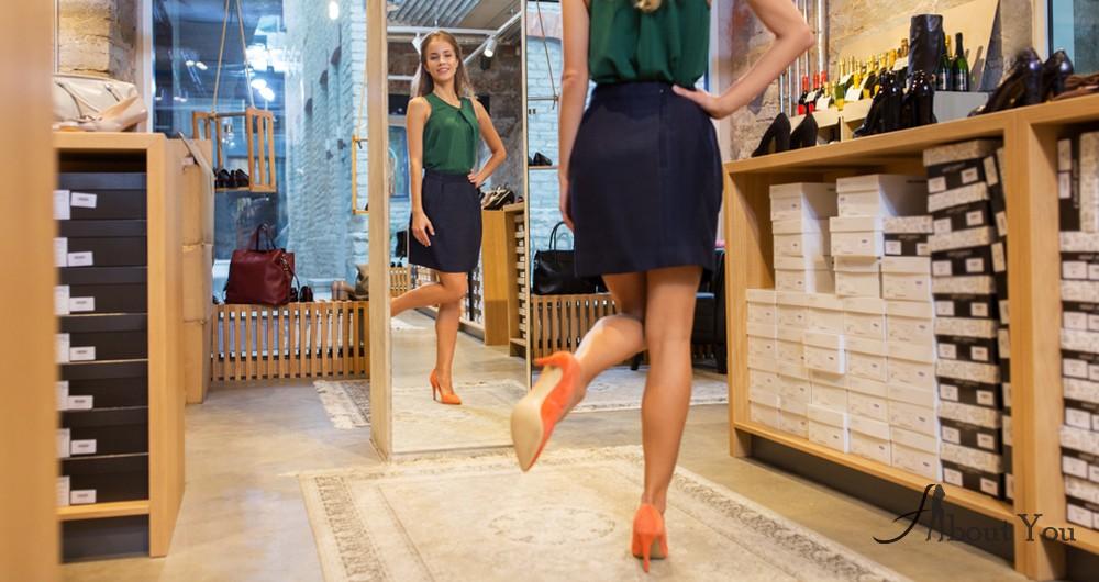 Ходите на каблуках перед зеркалом