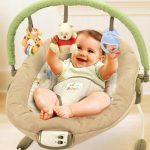 Ребенок в кресле качалке