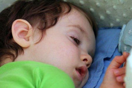 у ребенка открыты глаза во время сна