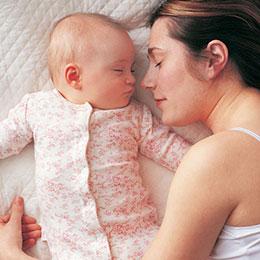 мама спит с малышом