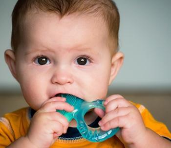 Прорезывание зубов у грудничков: фото десен, рекомендации родителям