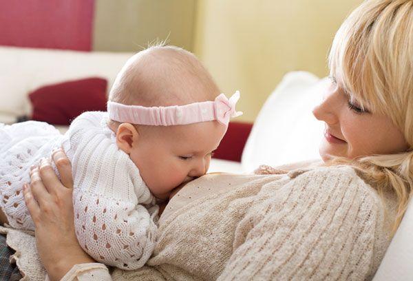 Мама кормит ребенка грудью