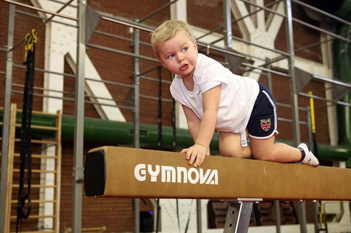Мальчик на гимнастическом бревне