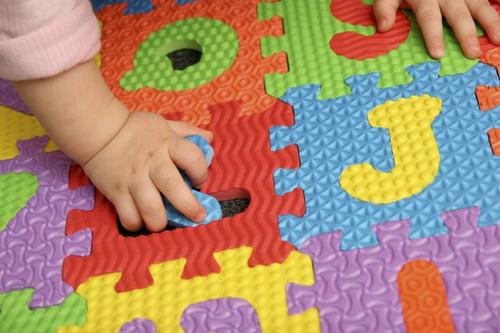 В 2-3 года позвольте ребенку самостоятельно дополнить пазл