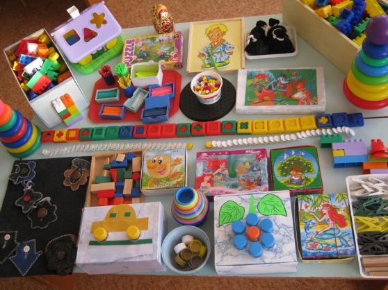 Для развития сенсорного развития детей 2-3 лет используйте различные игрушки: бусы, пирамиды, пазлы